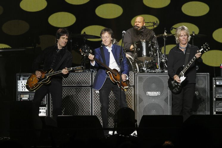 Paul McCartney sizzles in Long Island — with hand from