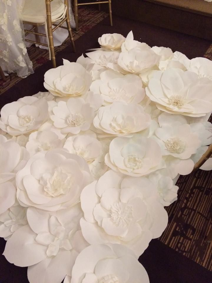 Beautiful paper flower backdrop in the making! Paper flowers ...