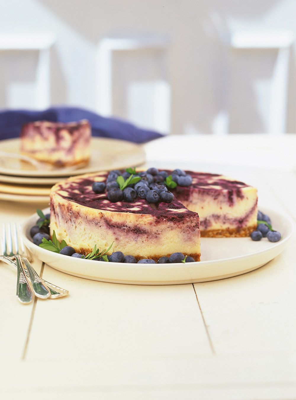 Recette de Ricardo de gâteau au fromage marbré aux bleuets.  Ce gâteau au fromage et aux bleuets particulièrement crémeux plaira à n'importe quel amateur de dessert au fromage.