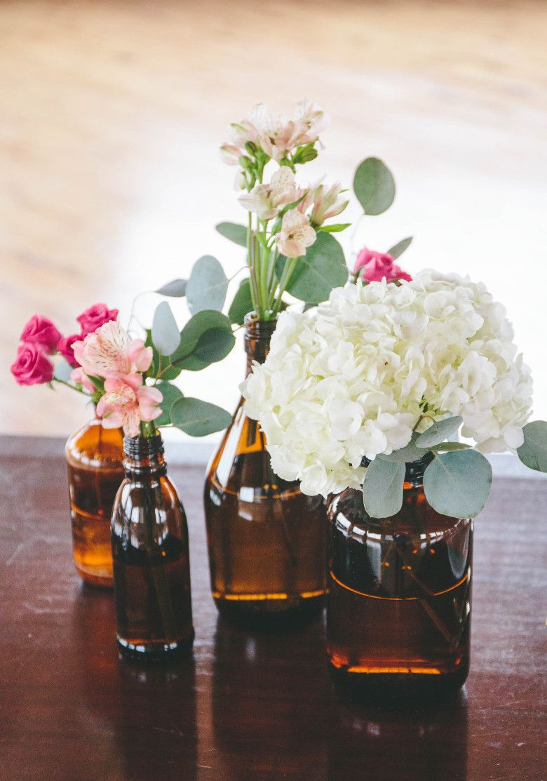 How to a modern diy hydrangea centerpiece that anyone can make hydrangeas are one of the most affordable wedding flowers out there and this diy hydrangea centerpiece brings them back into 2015 izmirmasajfo