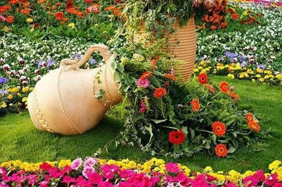 Tinaja Con Flores Jardin Con Piedras Jardines Decoraciones De Jardin