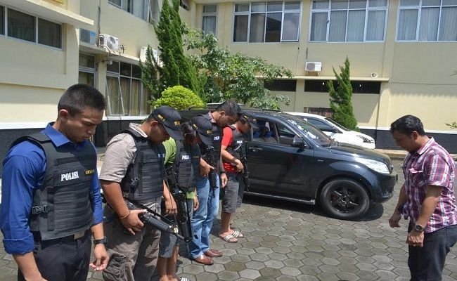 Unit Resmob Satreskrim Polres Banyumas Selalu Berdoa Sebelum Menangkap Penjahat Tribratanews Com Sebelum Melakukan Penggerebekan Unit R Resor Penjahat Mobil