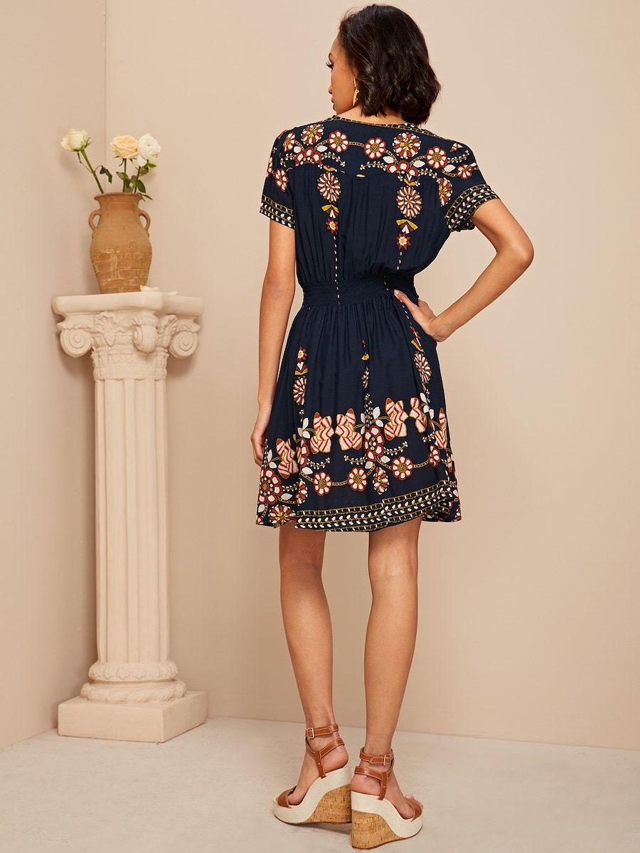 Kleid mit geraffter Taille, Knöpfen Detail und Blumen ...