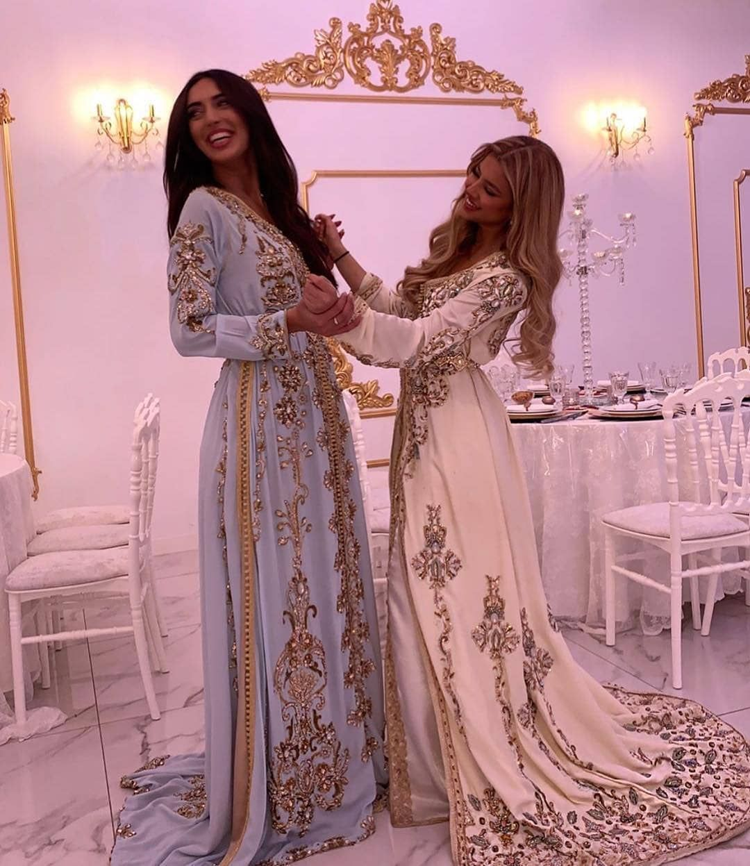 Afbeelding Kan Het Volgende Bevatten 2 Mensen Staande Mensen Kurdische Kleider Hochzeit Afbeelding K In 2020 Kurdische Kleider Afghanische Kleider Arabische Mode