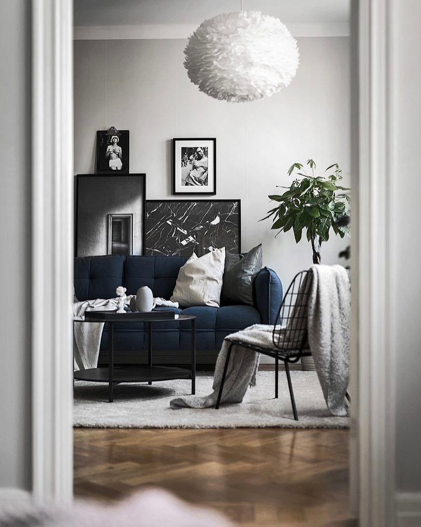 Minimál stílusú nappali Umage Design tollas lámpaburájával