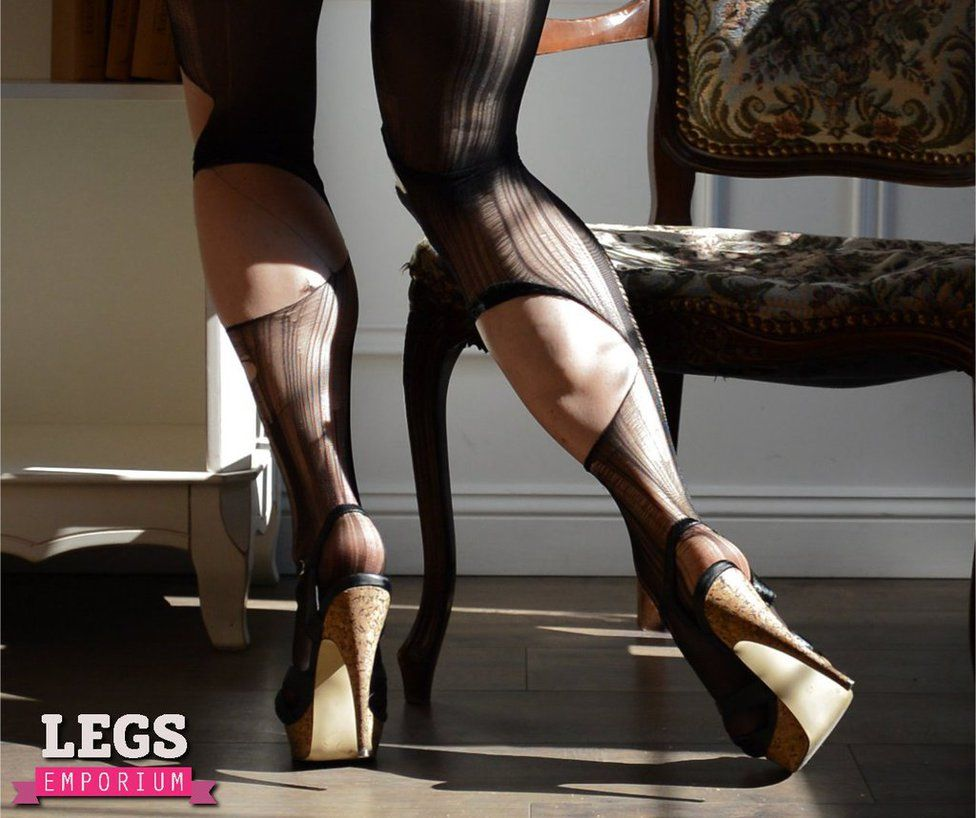 4c7ac2eeed2 Torn Stockings on Britney Spears looking Calves.