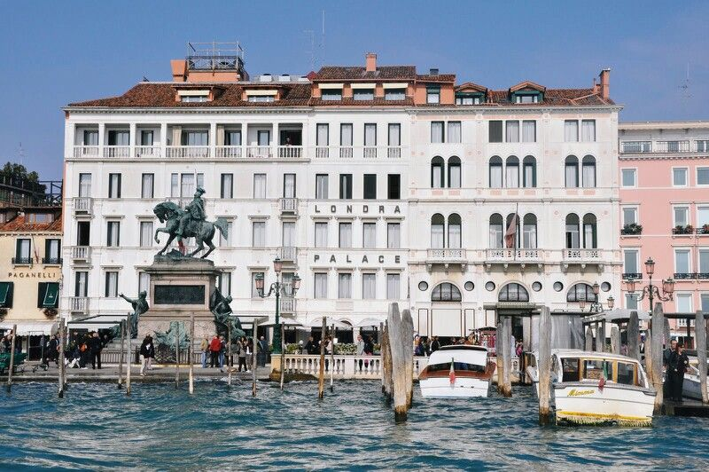 Londra palce hotel Venice.Resturant on the bottom level looking ovet the water