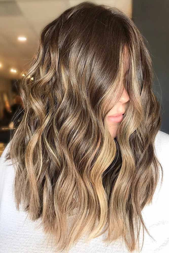 brunt hår med ljusa slingor