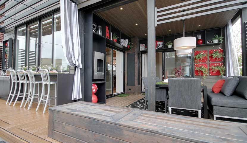 Une porte de garage dans le décor House