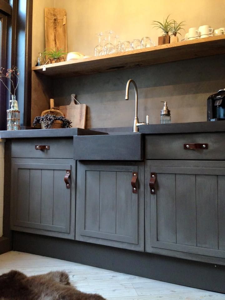 By #mooienpuur Marrakech Walls instead of backsplash, color Tender taupe. Above shelf Fresco in color Cold Lava