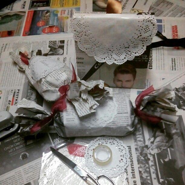 Embrulhos de Natal com jornal