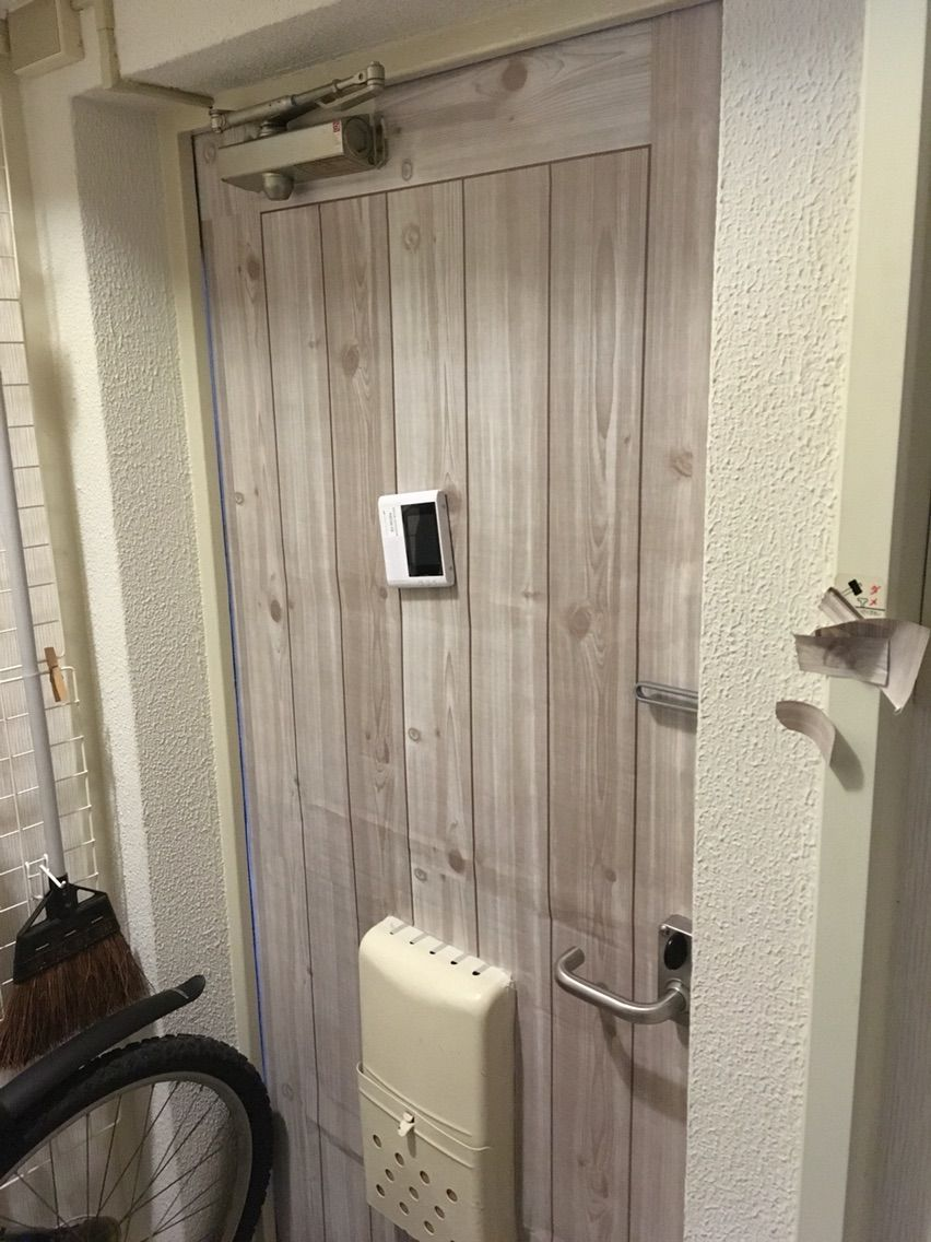 団地のドアを木製っぽくする 団地インテリア 玄関 扉 Diy 玄関ドア Diy