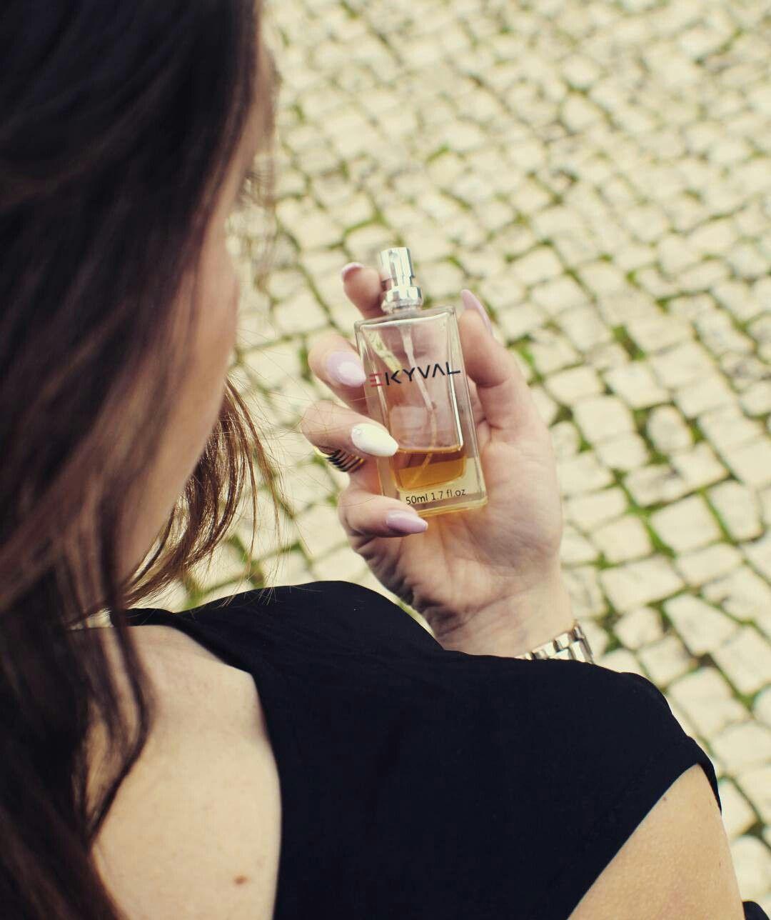 """Todos os nossos perfumes são feitos com um alto percentual de essência natural da mais alta qualidade e nosso toque exclusivo sobre o processo de maceração, faz com que obtenhamos um resultado bastante aproximado """"para não dizer exato"""" ao das fragrância originais tanto no aroma como na duração. Venha conhecer a nossa loja no Centro Comercial da Portela. #perfumista #parfums #perfumelovers #perfumes #perfumelover #scentoftheday #scents #flacon #perfumebottle #perfumeaddict #eaudetoilette…"""
