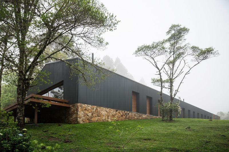 Le style rustique moderne à lu0027intérieur de la maison Mororo Cabin - maison en bois et en pierre