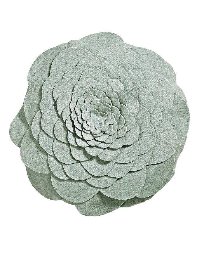 Ein echter Hingucker: Die beeindruckende 3-D-Optik - durch 13 raffiniert übereinander genähte Blütenblätter. Gefüllt, mit Reißverschluss hinten. Bezug: Wollfilz aus 62% Wolle, 38% Polyamid. Füllung: 100% Polyester. ø ca. 40 cm....