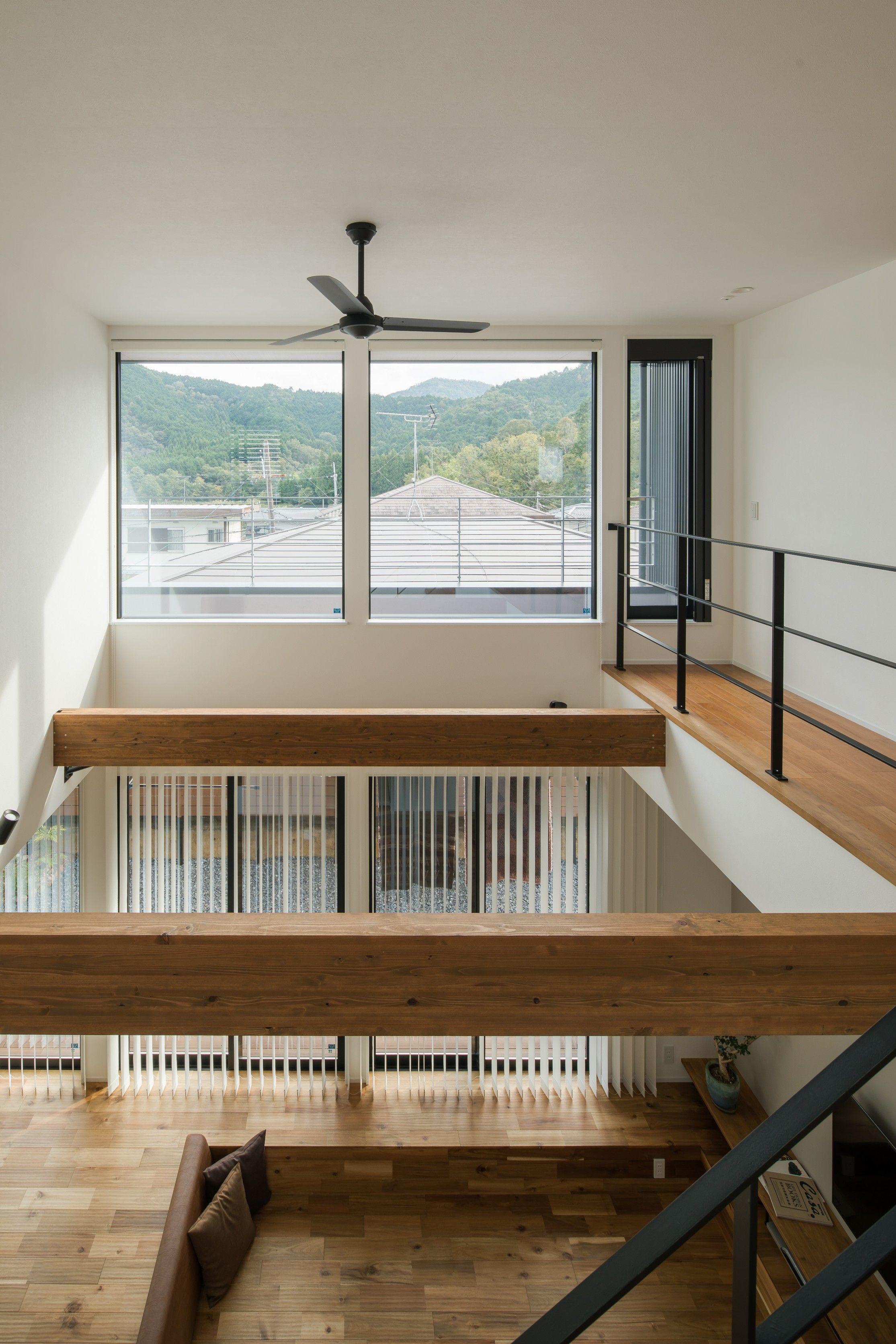 高くて広い気持ちのいい吹き抜け 2階の大きな窓から広がる眺望は