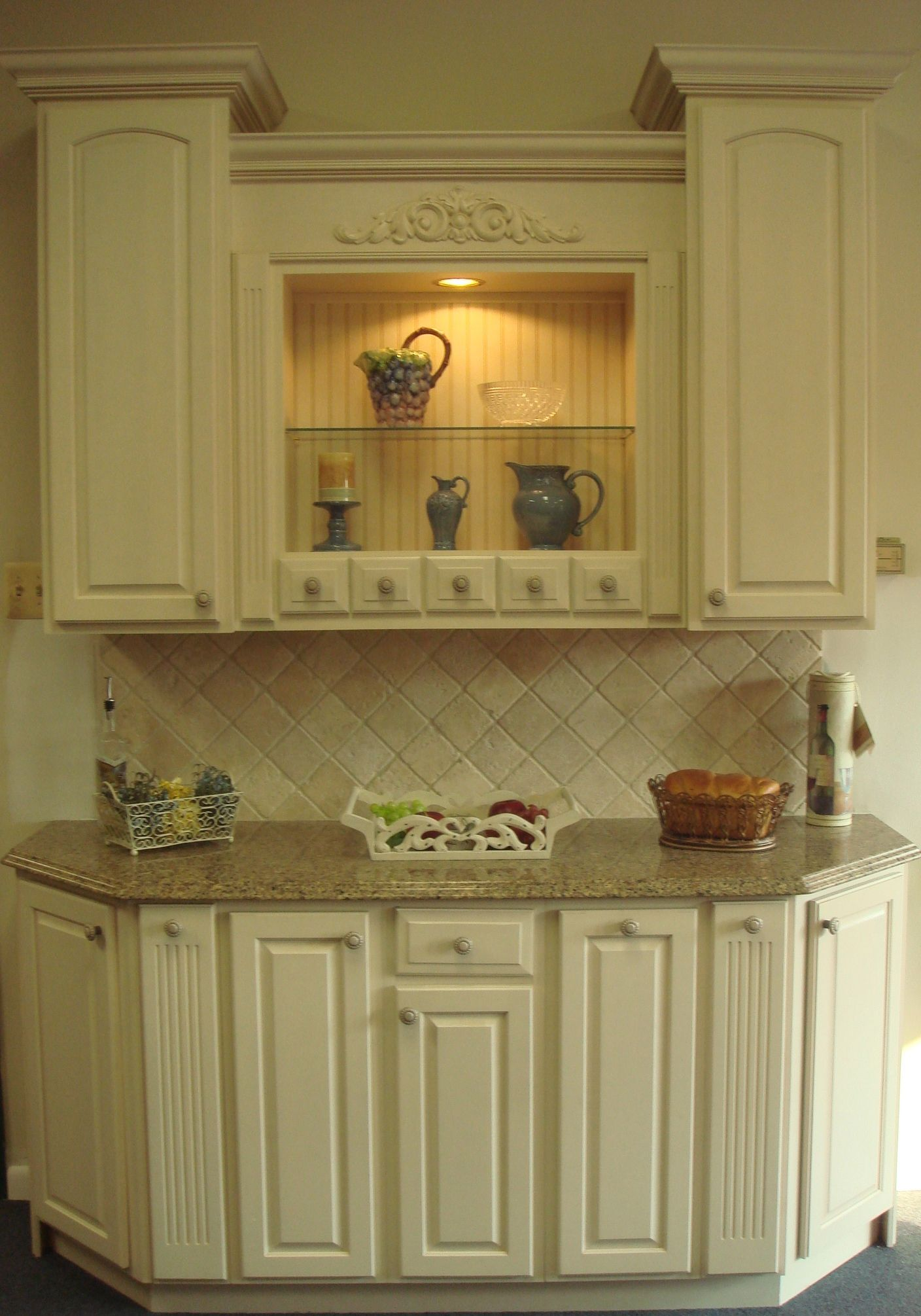 Yorktowne Antique White Cabinets With Sienna Ridge Silestone Countertop And Tumble Stone Tile Ba Shabby Chic Kitchen Kitchen Remodel Antique White Cabinets