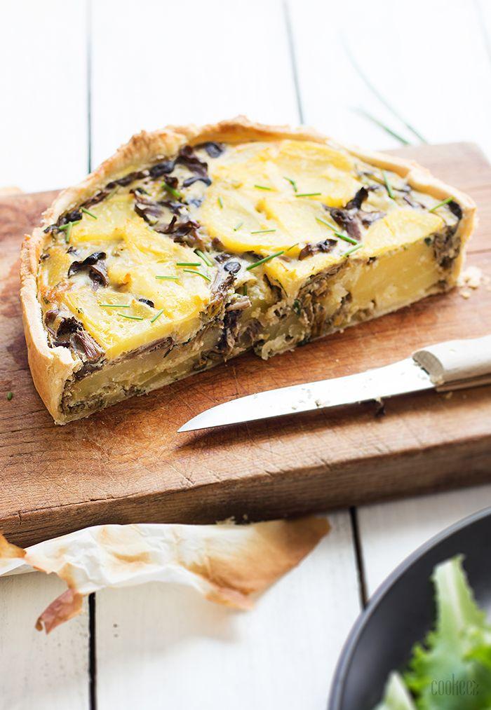 1 | Faites cuire la pomme de terre dans l'eau bouillante. Une fois cuite, épluchez-la et coupez-la en tranches. 2 | Placez les champignons dans une poêle et faites-les chauffer quelques minutes pour les faire dégorger. Egouttez et réservez. 3 | Dans un saladier, battez les oeufs en omelette avec la crème, la ciboulette, le …