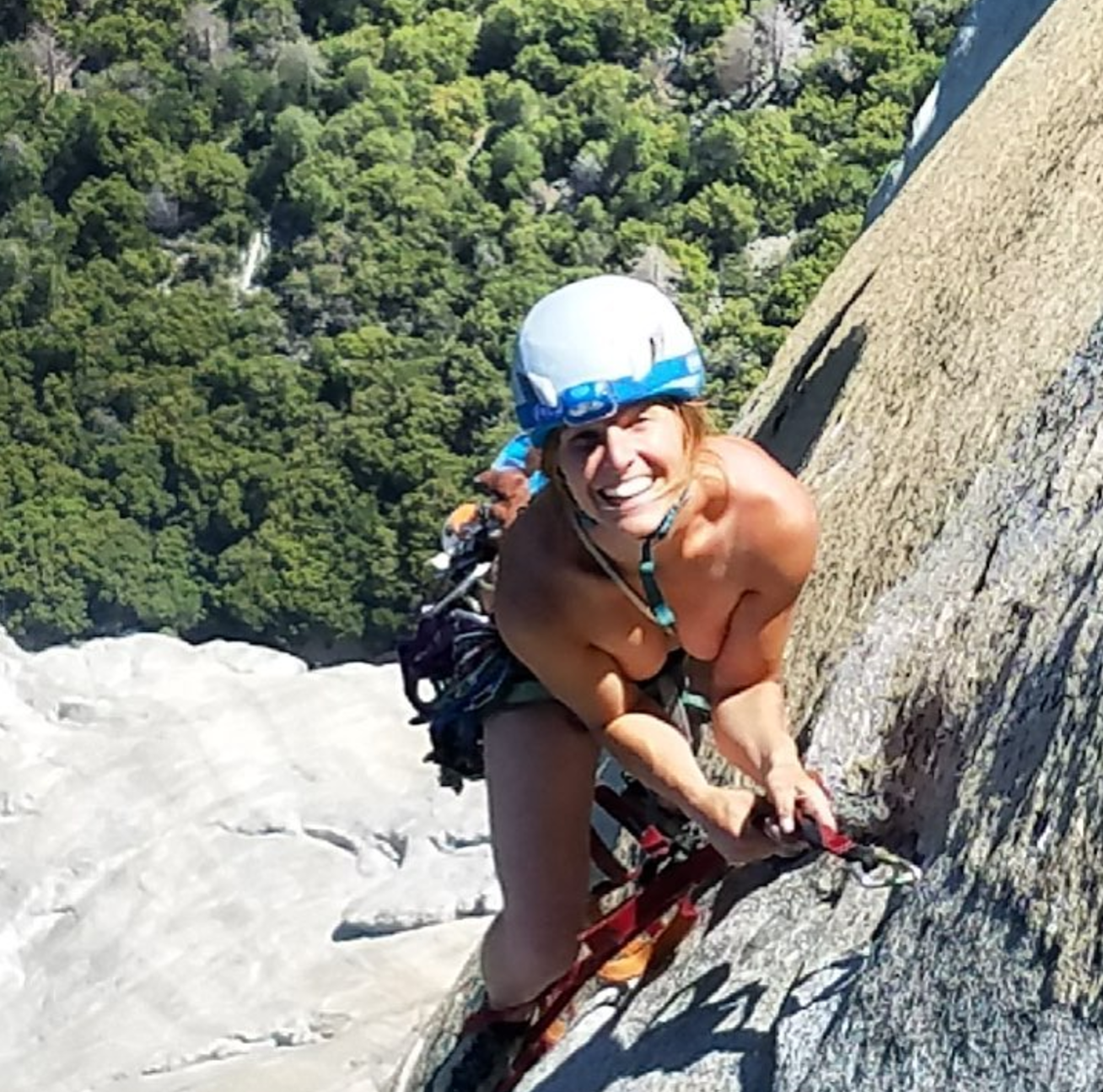 horny-couple-rock-climbing-women-pissing-san