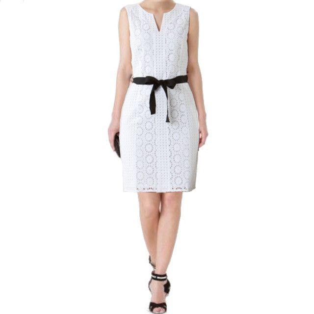 Robe blanche avec ceinture noir