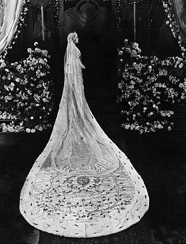 Gloria Swanson's wedding dress in Her Love Story (1924) has one epic train! that dress is a dream