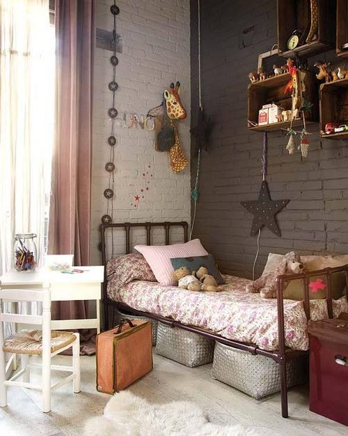 Chambre d\u0027enfant avec lit ancien et mur en brique peint couleur