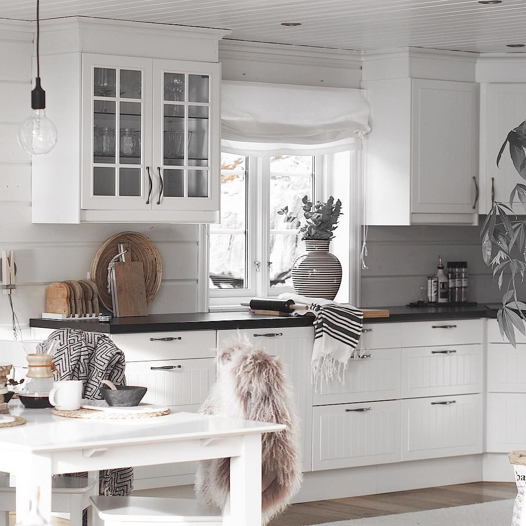 Biala Kuchnia Z Czarnym Blatem I Drewnianymi Dodatkami Home Decor Decor Home