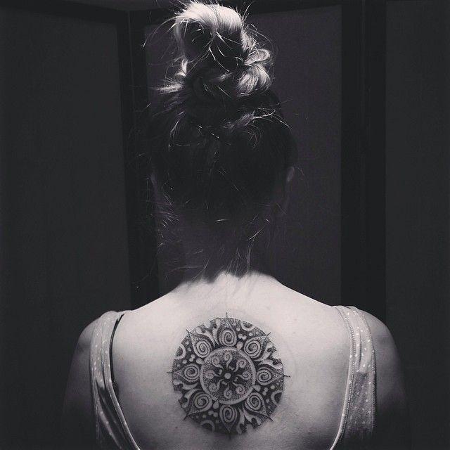 Tatouage mandala dotwork sur dos de femme tattos i want pinterest dos de femme tatouages - Tatouage mandala dos ...