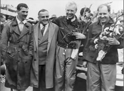 LB 1955 ♦ Winners Mike Hawthorn and Ivor Bueb, flanked by Jaguar manager Lofty England and aide, pose for the victory shot. Te smiles are wan and the victory somewhat hollow.