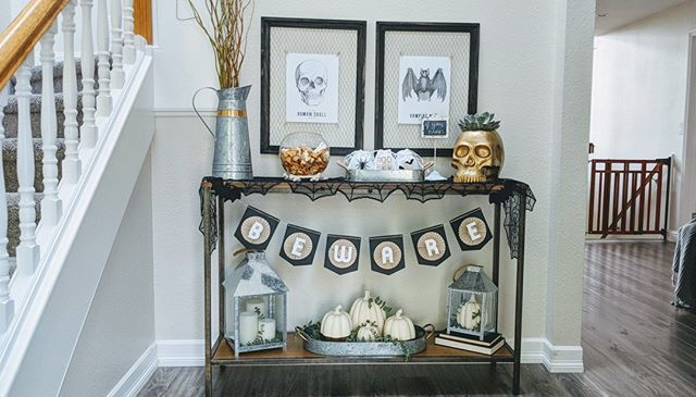 Halloween decor meets farmhouse in this gorgeous styled entryway