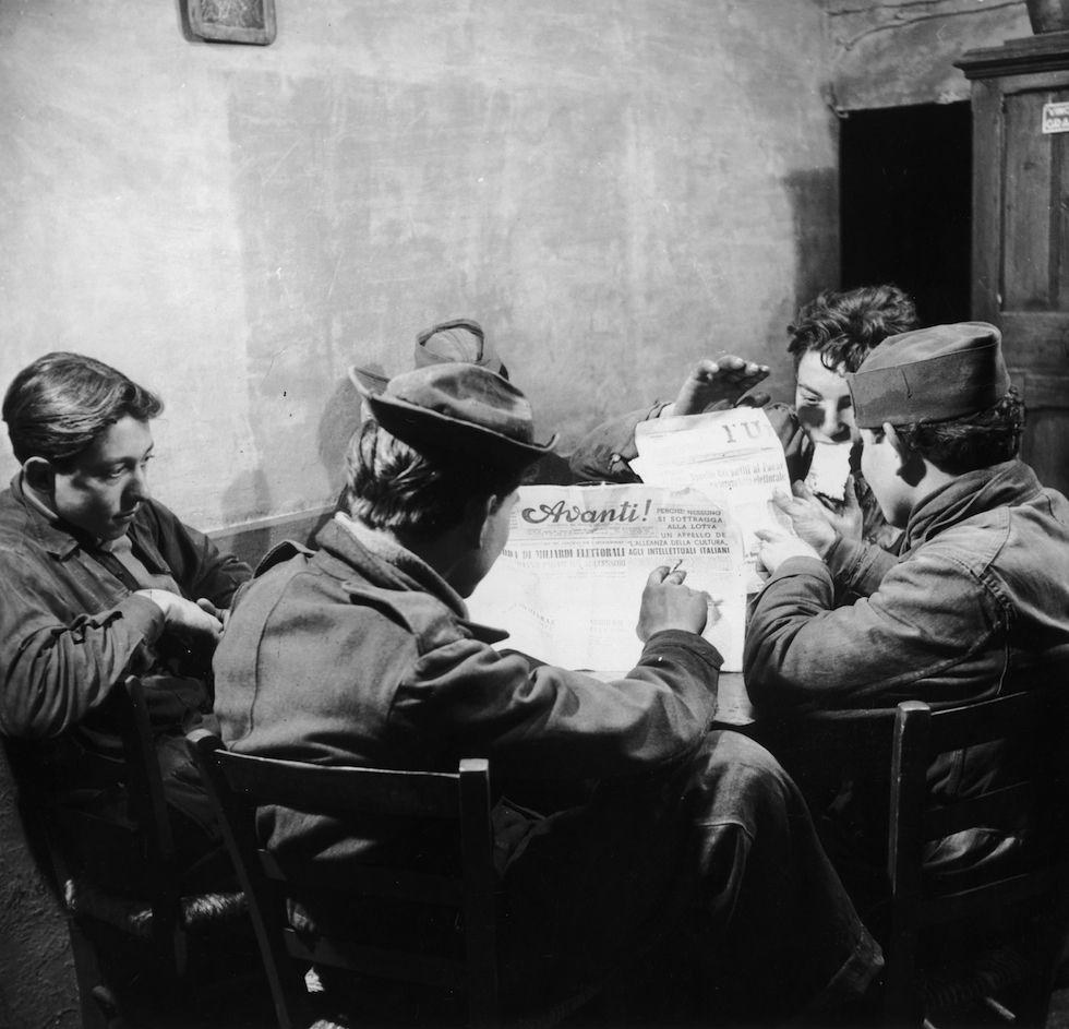 Roma negli anni Cinquanta, solita e stupenda: Un gruppo di romani pranza e legge l'Avant! e l'Unità in una trattoria a Roma, nel 1955. (Evans/Three Lions/Getty Images) - Il Post