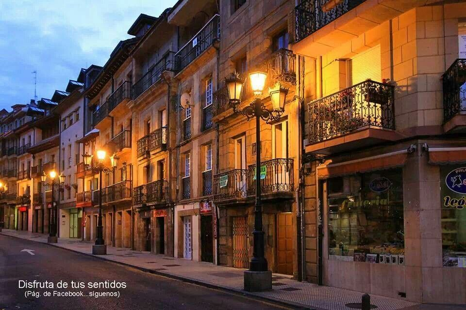 Calle del Rosal de noche.