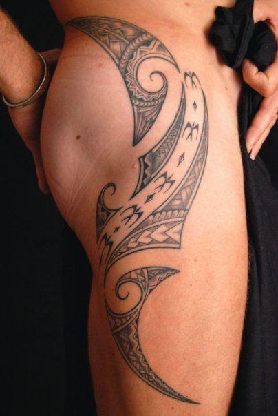 tattoo trends – tatouage polynésien homme côté cuisse : a voir sur
