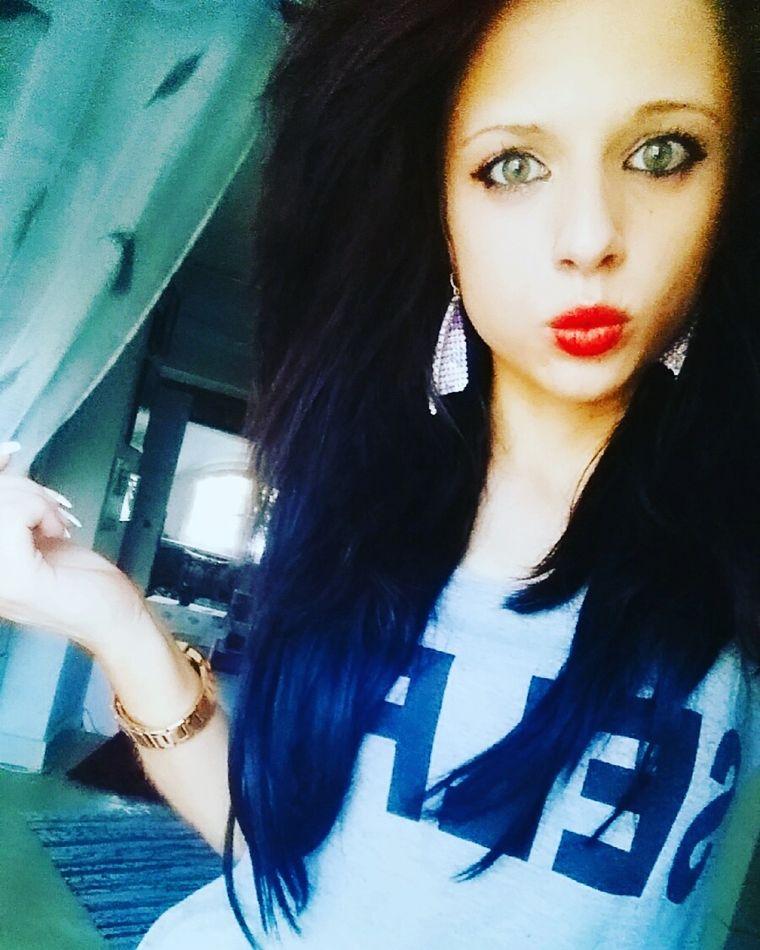 Shelly Abdallah mit schwarzen Haaren