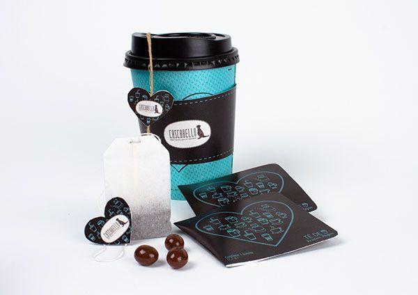 · CASCABELLO ·Cascabello es una empresa joven de pastelería y café, que busca retomar la idea de productos móviles. El objetivo de esta empresa es lograr que los clientes puedan dar un paseo, tomarse un café con una torta, o comprar diferentes productos…