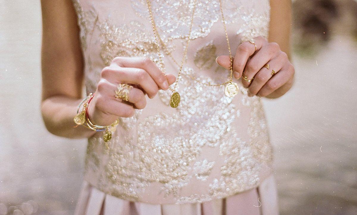 Apache vous propose son sautoir TOTEM doré à l'or fin avec son médaillon doré, bijou pour femme original et à la mode, fabriqué à la main en France.