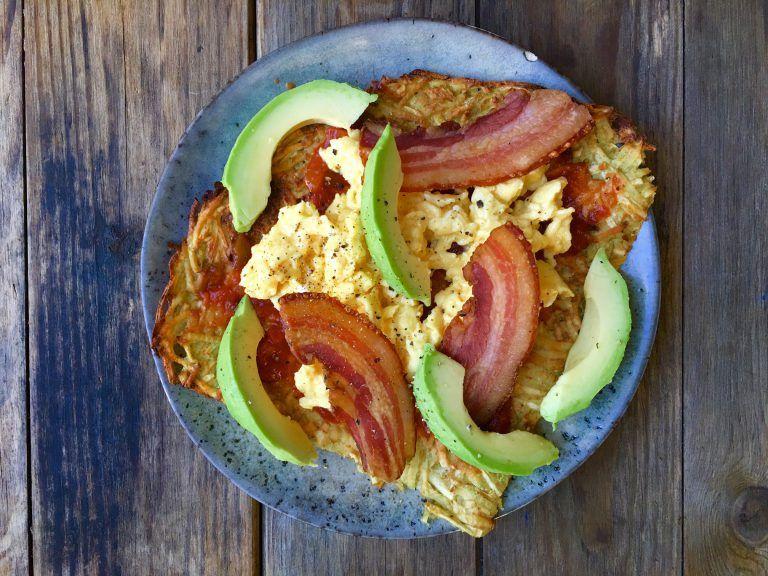 Røræg, bacon og avokado på rodfrugt-tortilla - nem, sund og lækker morgenmad her: | Morgenmad ...