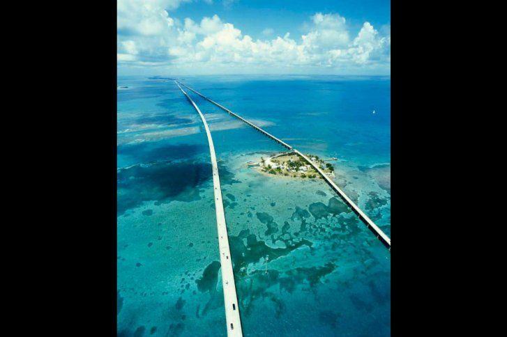 El Puente de Siete Millas es un famoso puente en los Cayos de la Florida, que se extiende hacia el mar abierto y que une el sur de Florida con la isla de Cayo Hueso, en el extremo sureste de EE.UU.