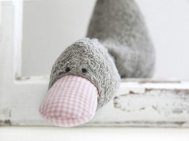 niedliches graues entlein namens bert a als spieluhr ein wundervolles geschenk zur geburt. Black Bedroom Furniture Sets. Home Design Ideas