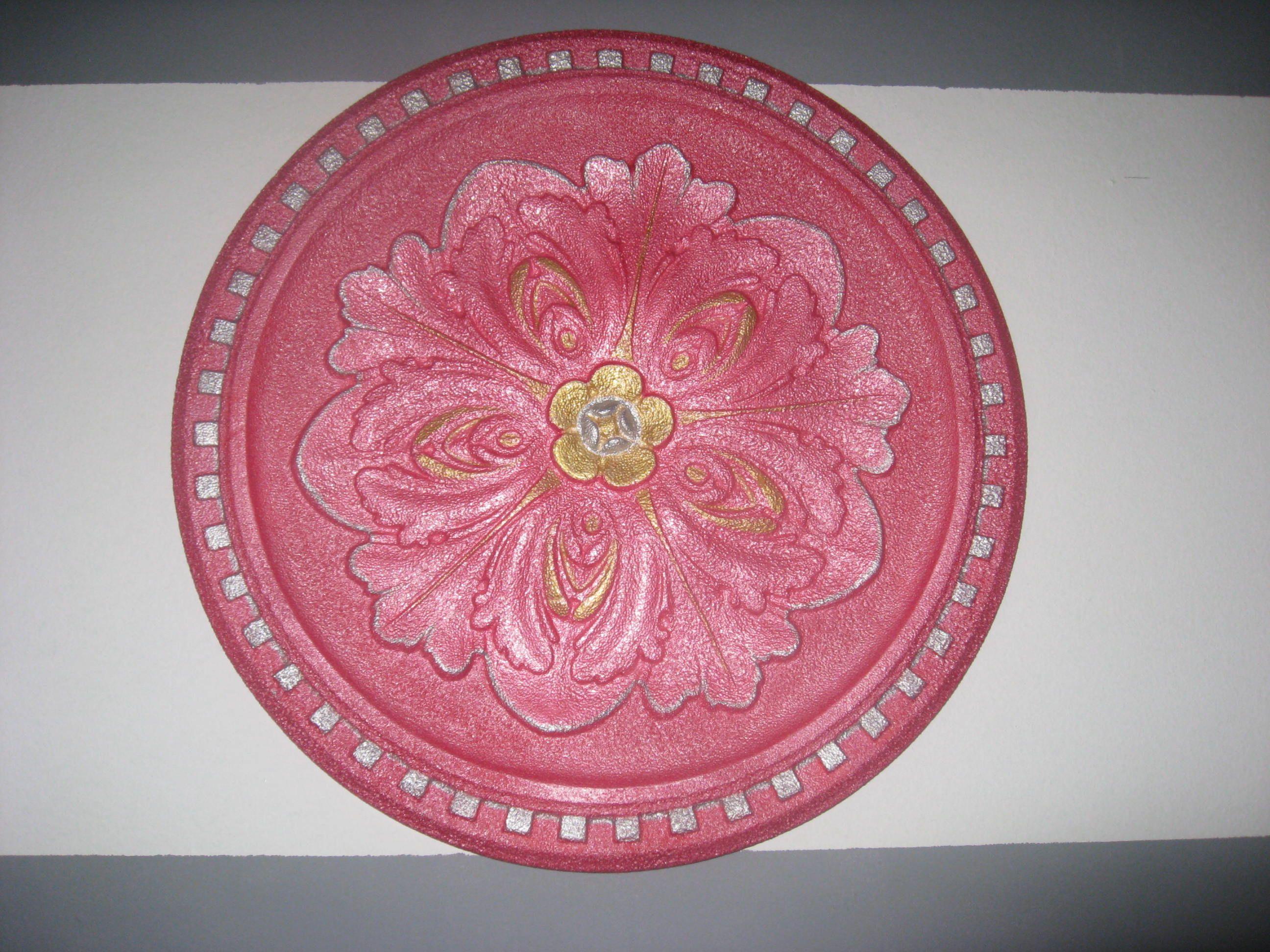 Roseta de techo rosa y dorada