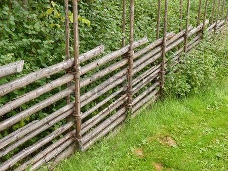 Houten Hekwerk Tuin : Typische houten hek in landschap van zweden in tuin