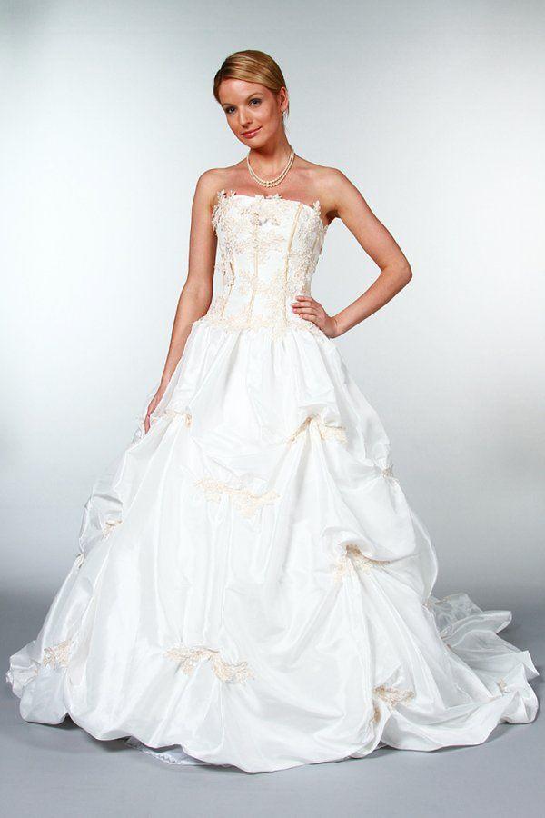 Robe de mariée création Tati Mariage modèle Sivanka, collection dans la  nouvelle collection catalogue robe de mariage proposée par Espace Mariage.
