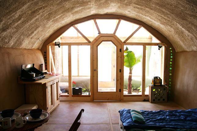 Las cálidas habitaciones de las Earth Ship que se construyen alrededor del mundo. Foto: LA NACION /Gentileza fundación Michael Reynolds
