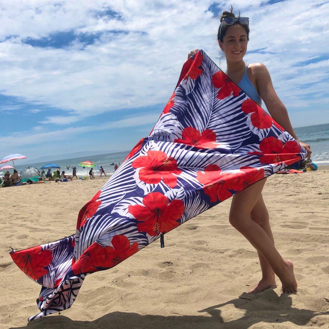 The summer heat's got us dreaming of the seaside 🤤🏝  #ECCOSOPHY #beachtowel #sandfree #sandproof #travellightwithus #beachaccessories #summeraccesspries