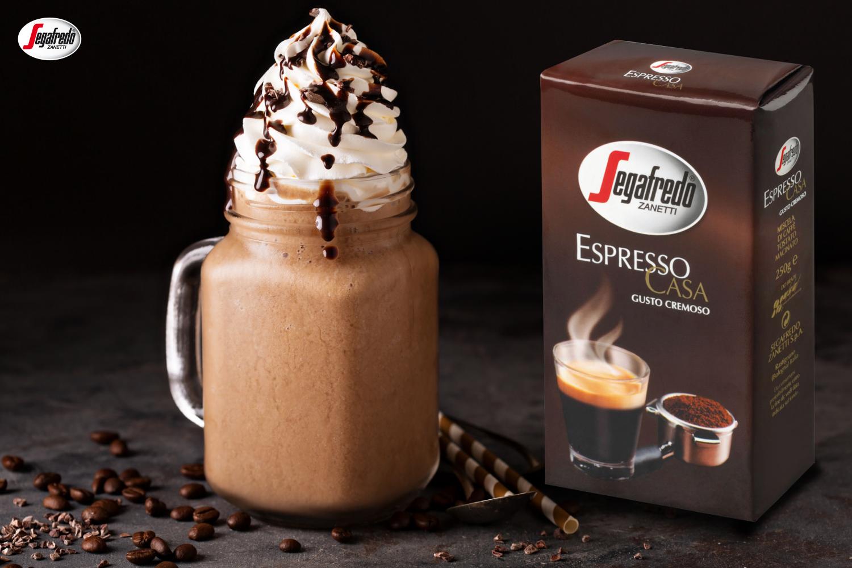 Jeśli w dzisiejsze popołudnie znajdziecie chwilę, by przyrządzić kawę w wersji deserowej - polecamy Wam napój mrożony z gorzką czekoladą i bitą śmietaną!  W jego przyrządzaniu dobrze sprawdzi się aromatyczna Espresso Casa. Kto ma ochotę? :) #segafredo #segafredozanetti #segafredozanettipoland #kawa #kawadeserowa #espressocasa #icedcoffee #czekolada #coffee #kawa #coffeetime #dessert #Coffeewithcream