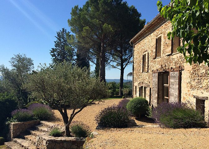 Simple luxury villas for rent stone houses provence for Provence homes