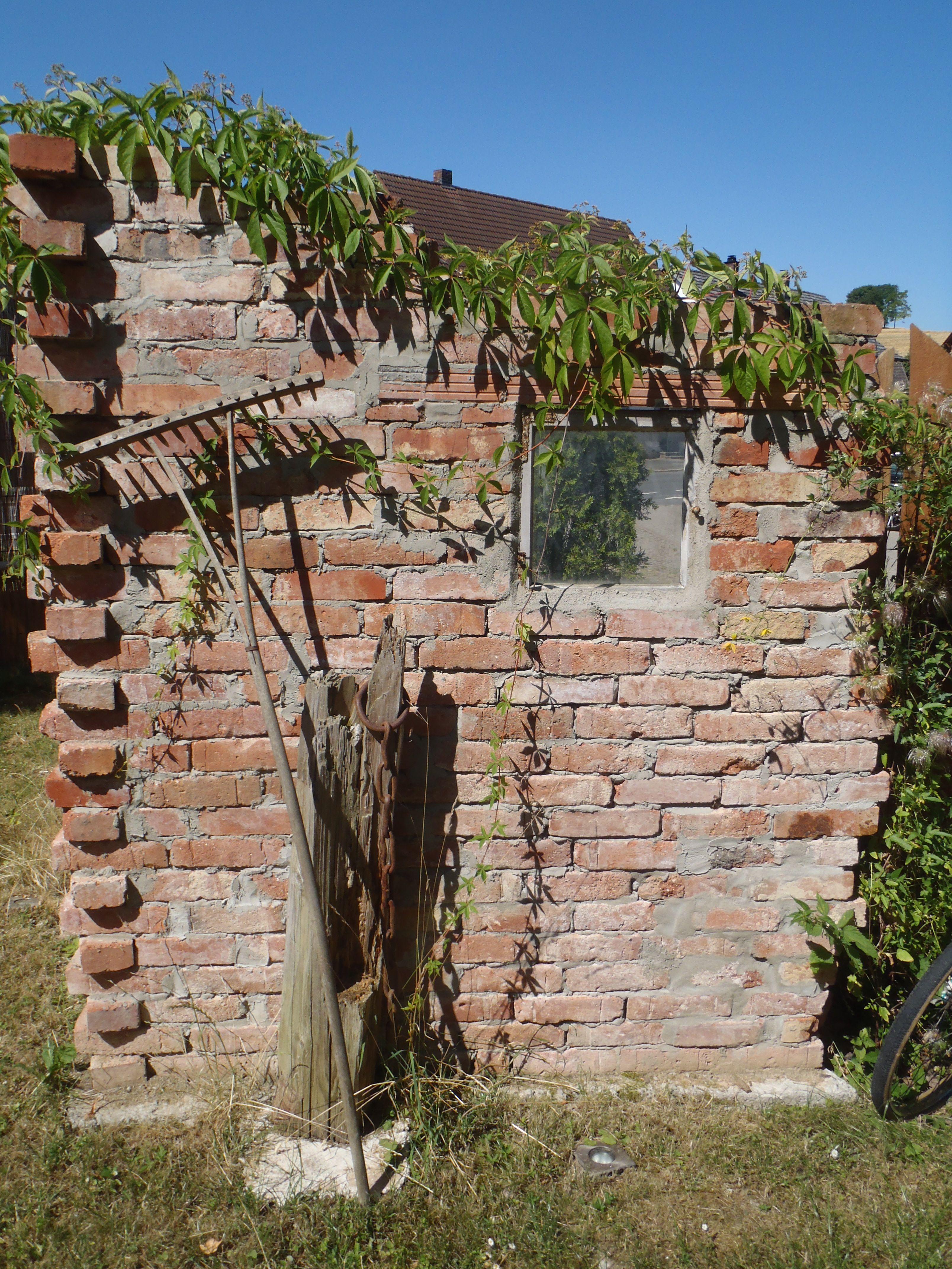 Mauer aus alten Backsteinen Mauern u Ruinen alte Fenster