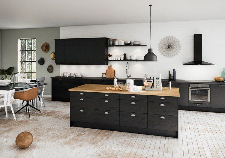 belle ide dco cuisine moderne en noir et blanc avec un plancher de bois blanchi