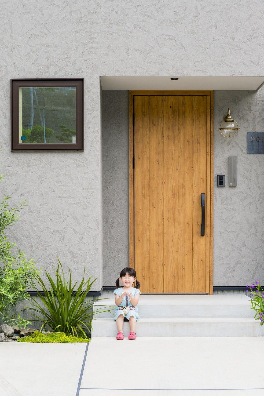 玄関扉 外壁おもしろい ドアのデザイン 玄関 モルタル 家 外観 グレー