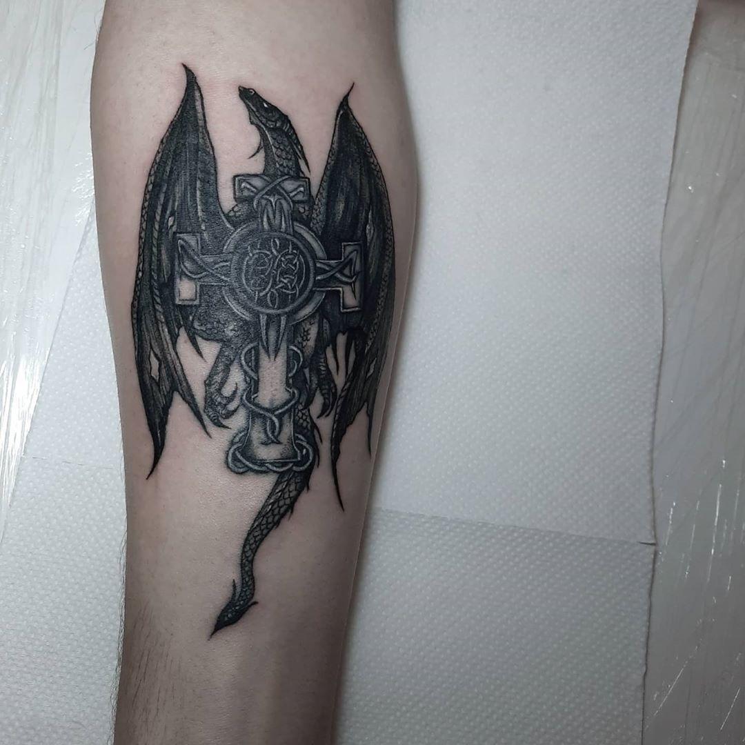 Перекрытие, обновление. Когда клиент просто попросил меня обновить ему его тату (другого мастера), я посоветовала ее исправить и сделать что-то крутое, на что мой клиент с удовольствием согласился, и мы сделали вот такую красоту🥰  мне нравится делать нечто большее, чем просто тату, спасибо за доверие❤ на последнем фото работа, которую мы в итоге исправили #tattooed #tattoo #tattoogirl #dragontattoo #dragon #covertattoo #coverup #coveruptattoo #lugansk #lugansktattoo #graphictattoo #graphic #kie